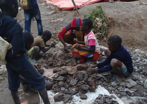 Children collecting cobalt ore in DRC cobalt mine - Amnesty International